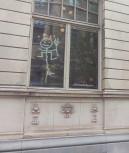 Vem kan den här figuren på fönstret till Dramatens bar föreställa??