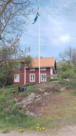 Flaggan var hissat vid Stormskärs Majas kafé