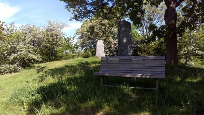 Stenen alldeles bakom bänken är en minnessten från Gustav V och Victorias besök i Klintehamn 1925