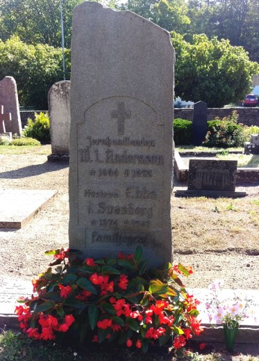 Här är familjegraven där mamma o pappa är begravda plus farbror Knut och farmor och farfar