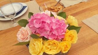 Den vackra blomsteruppsättningen