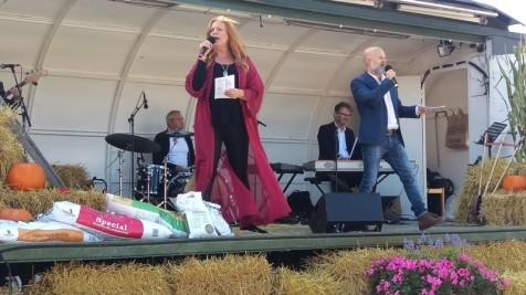 Anne-Li Rosvall leder allsång