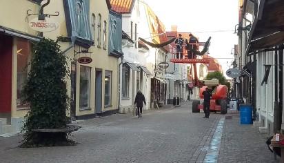 Julpyntning pågick på Adelsgatan
