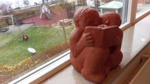 Sven Lundqvist heter konstnären och skulpturen står i fönstret vid Lasarettsbiblioteket