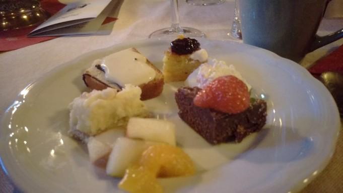 Dessert: Päronkaka och vanlijsås, Saffranspannkaka, Mousse, Kladdkaka, Cheescake och Fruktsallad