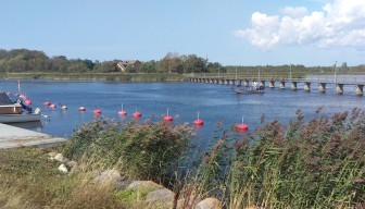 En liten båt kom så sakta smygande fram under Warfsholmsbron